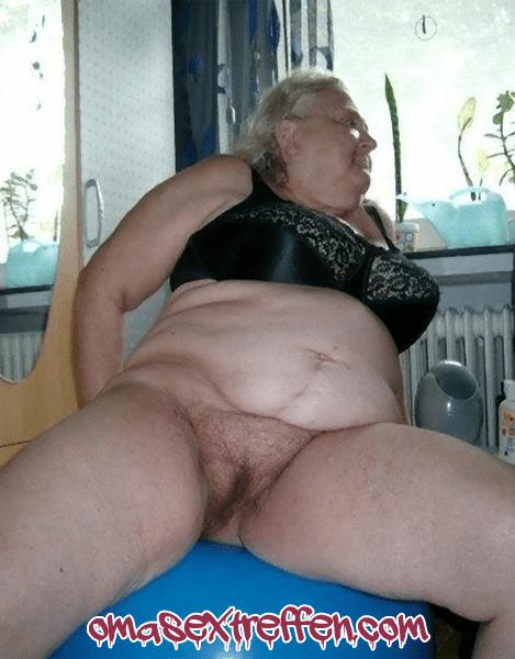 Behaarte Granny auf der Suche nach einem Omaficker
