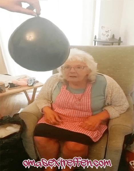 Oma mit Ballon Fetisch sucht Gleichgesinnte